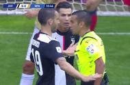 意甲争议1幕:C罗被对手拉扯后遭主裁判无视,葡萄牙巨星自己笑了.jpg