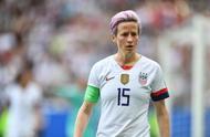 事态失控,被总统批评的女足球员,丢掉队长袖标却一人拯救了球队.jpg
